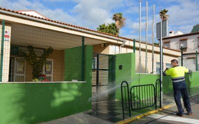 Operativo de limpieza y desinfección a la entrada de los centros educativos