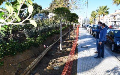 El Ayuntamiento adecenta un talud en el Camino del Almendral