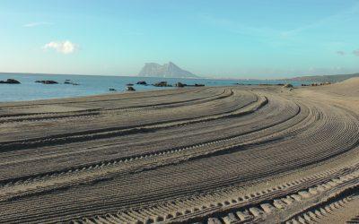 Un equipo de trabajadores municipales se encarga de mantener limpias las playas todo el año