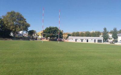 El alcalde felicita a Deportes por la mejora en el césped de Pueblo Nuevo de Guadiaro