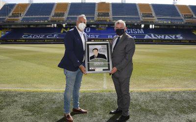 El alcalde agradece que el Cádiz CF homenajease al sanroqueño Juan Luis Galiardo en la cartelería del partido