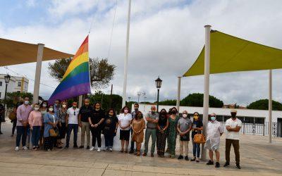 Izada de la bandera LGTBIQ+, tras la lectura de un manifiesto comarcal
