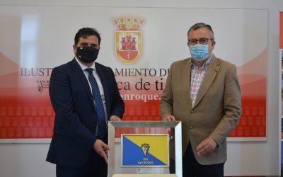 Entrega de una placa del Cádiz C.F. tras una visita protocolaria a San Roque