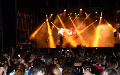 """""""Trueno"""" protagoniza el primer gran concierto del verano en San Roque llenando la Plaza de las Constituciones"""