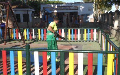 Limpieza Viaria continúa actuando por parques infantiles y colegios