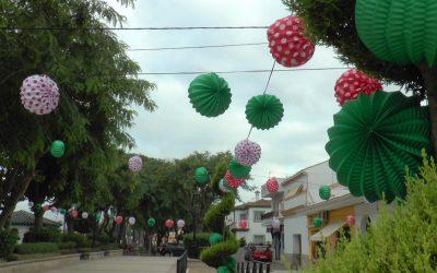 Cientos de farolillos recuerdan que estos días debería celebrarse la Feria de la Estación