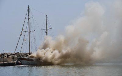 Bomberos hunde en Puerto Sotogrande un velero para apagar su incendio, que ha causado un herido