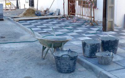Trabajos de reposición de acerado en Torreguadiaro y Pueblo Nuevo
