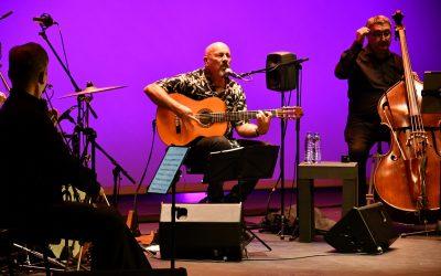 Javier Ruibal llevó anoche al Juan Luis Galiardo sus mejores canciones acompañado del Totem Ensemble