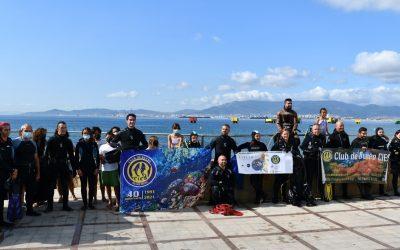 Un grupo de buceadores retira 200 kilos de basuras de los fondos de la playa de Puente Mayorga-Campamento