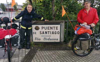 Dos bomberos de Málaga inician un reto en bicicletas para ayudar a dos colectivos sanroqueños