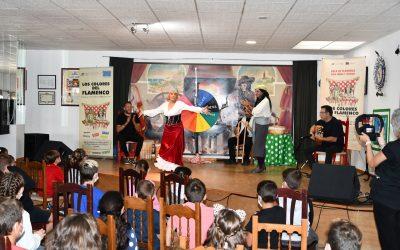 Escolares del Apolinar aprenden sobre los distintos palos en una actividad desarrollada en la Peña Flamenca