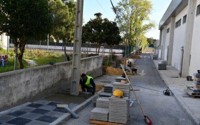 El Ayuntamiento repara la acera en la trasera del CEIP Gloria Fuertes
